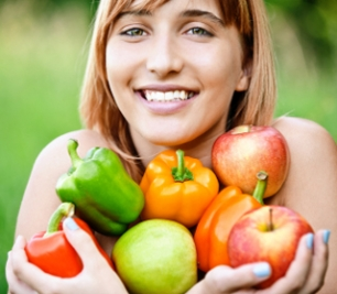 Mujer con frutas y verduras